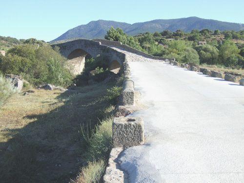 Acceso norte al puente de valsordo con inscripción en primer plano.