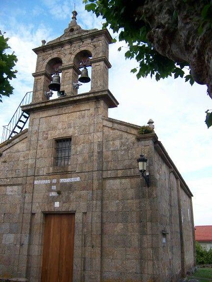 Fachada de la antigua parroquial de santa maría de rutis, hoy conocida como capilla da laxe, en culleredo (coruña)