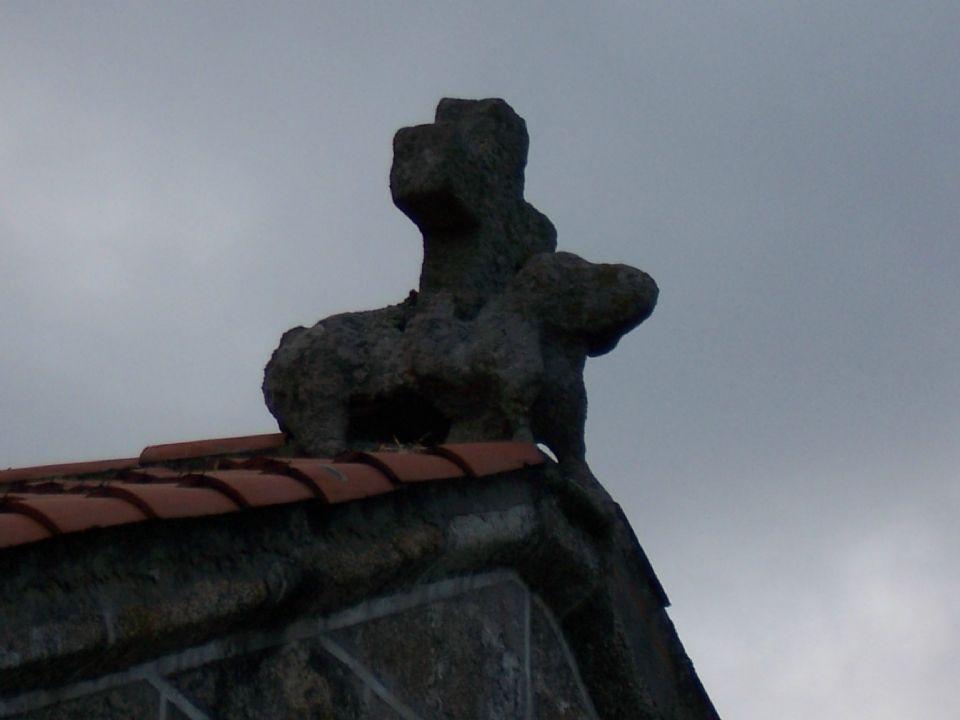 Acrótera sobre la sacristía de la antigua parroquial de santa maría de rutis, en culleredo (coruña)