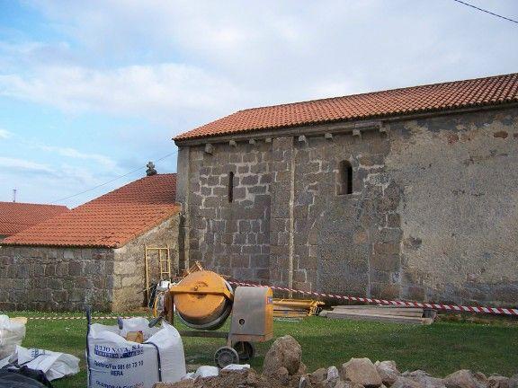 Muro lateral izquierdo en la antigua parroquial de santa maría de rutis (vilaboa), hoy conocida como capilla da laxe (culleredo)