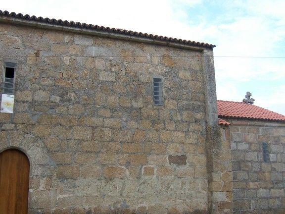 Muro lateral de la vieja parroquial de santa maría de rutis (vilaboa), hoy conocida como capilla da laxe, en culleredo (coruña)