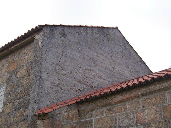 Muro de hormigón en la antigua parroquial de santa maría de rutis (vilaboa), hoy conocida como capilla da laxe, en culleredo (coruña)