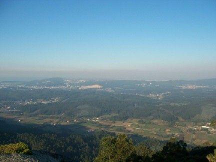 Vista del valle de farum brigantium con la coruña al fondo desde las alturas de santa locaia en el concello de arteixo (coruña).