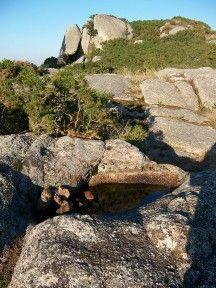 Cavidad granítica ovalada en las alturas del coto de santa locaia, concello de arteixo (coruña).