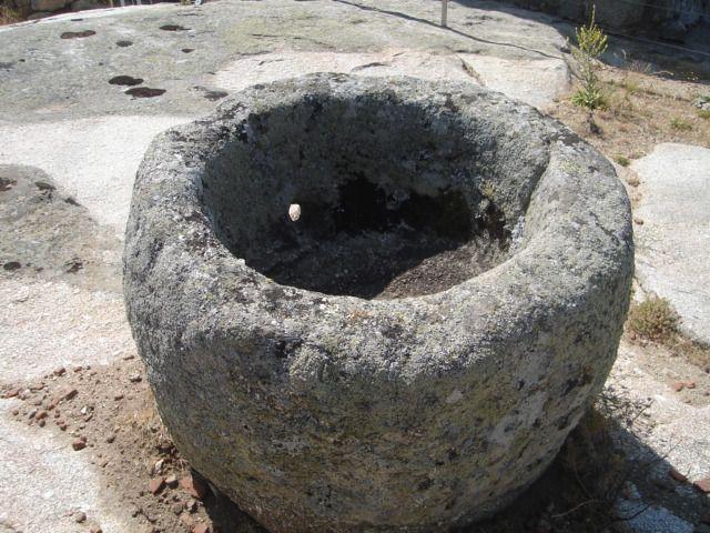 Piedras perforadas pileta bautismal el mir n vila - Fuentes de piedra antiguas ...